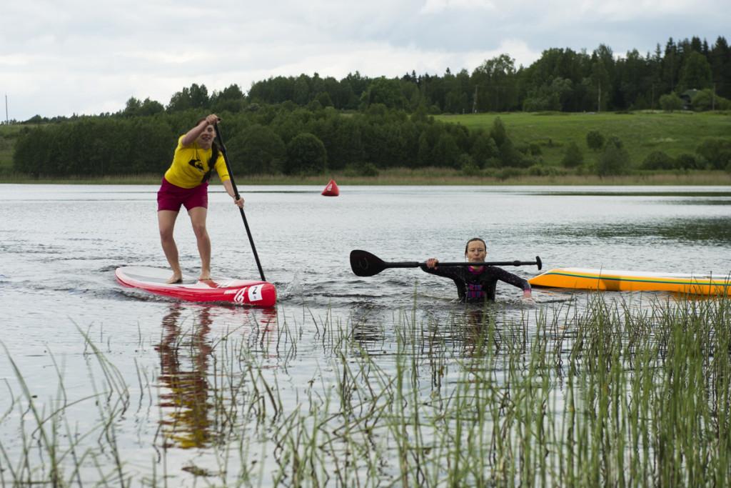 2014 SUP Eesti meister Anneli Mägi (vees) ja 2.koht Miia Maarja Kuslap, autor Jaanus Ree